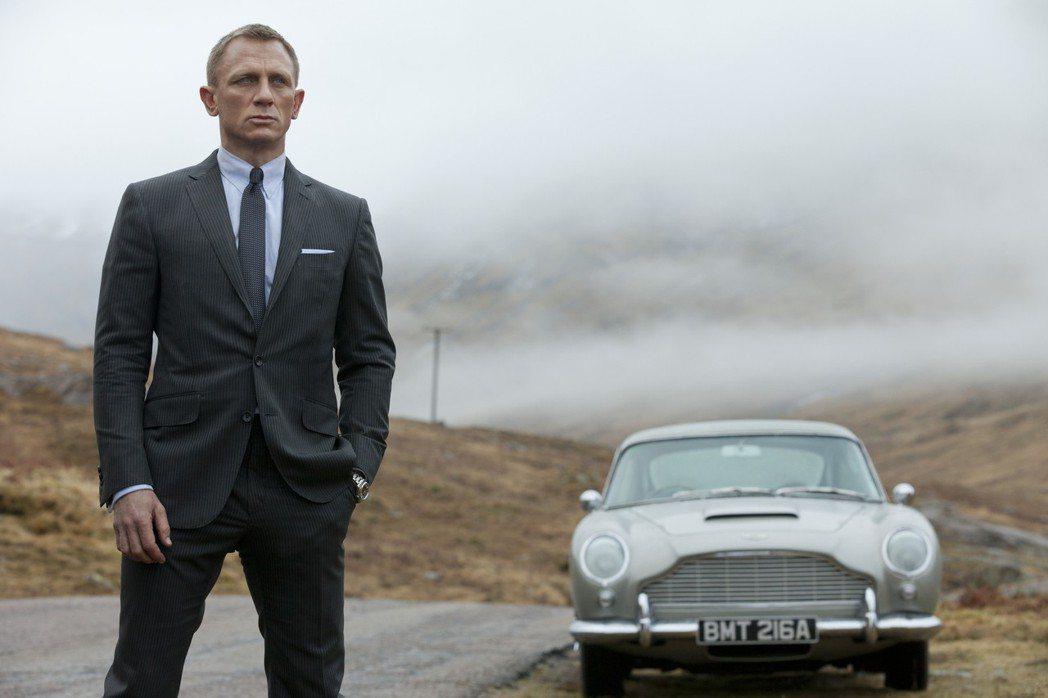 007電影風靡全球,圖為飾演007的丹尼爾克雷格和他的跑車。 (美聯社)