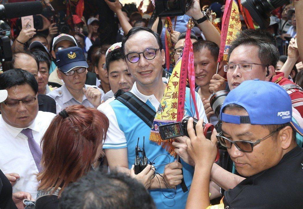 新北市前市長朱立倫(中)參與媽祖遶境,不少民眾爭著與他合照。記者余承翰/攝影