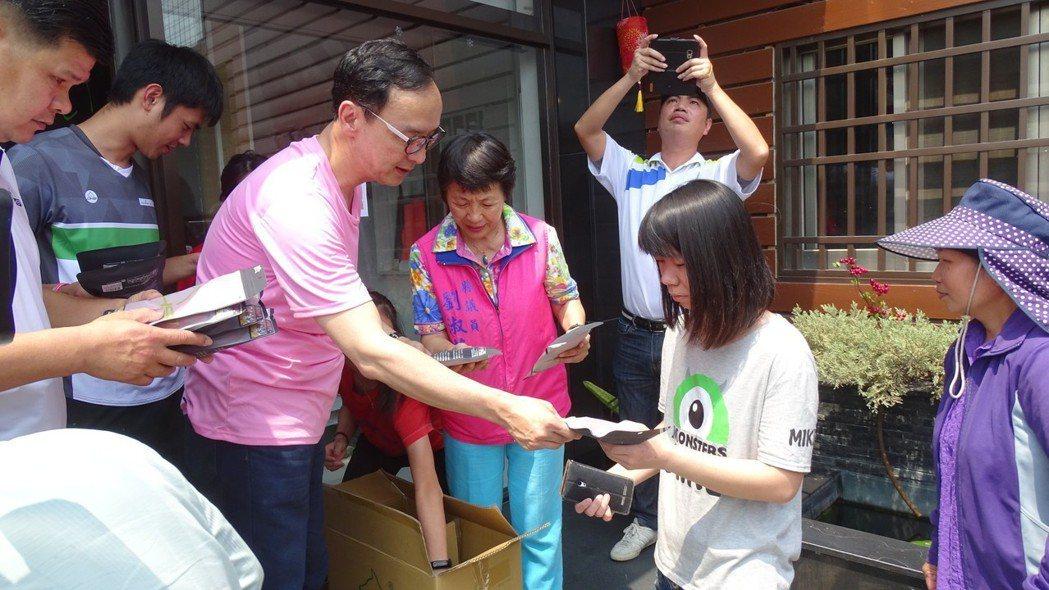 新北市前市長朱立倫參訪台灣黑狗兄專業運動襪工廠,負責人提供機能襪讓他送給支持者。...