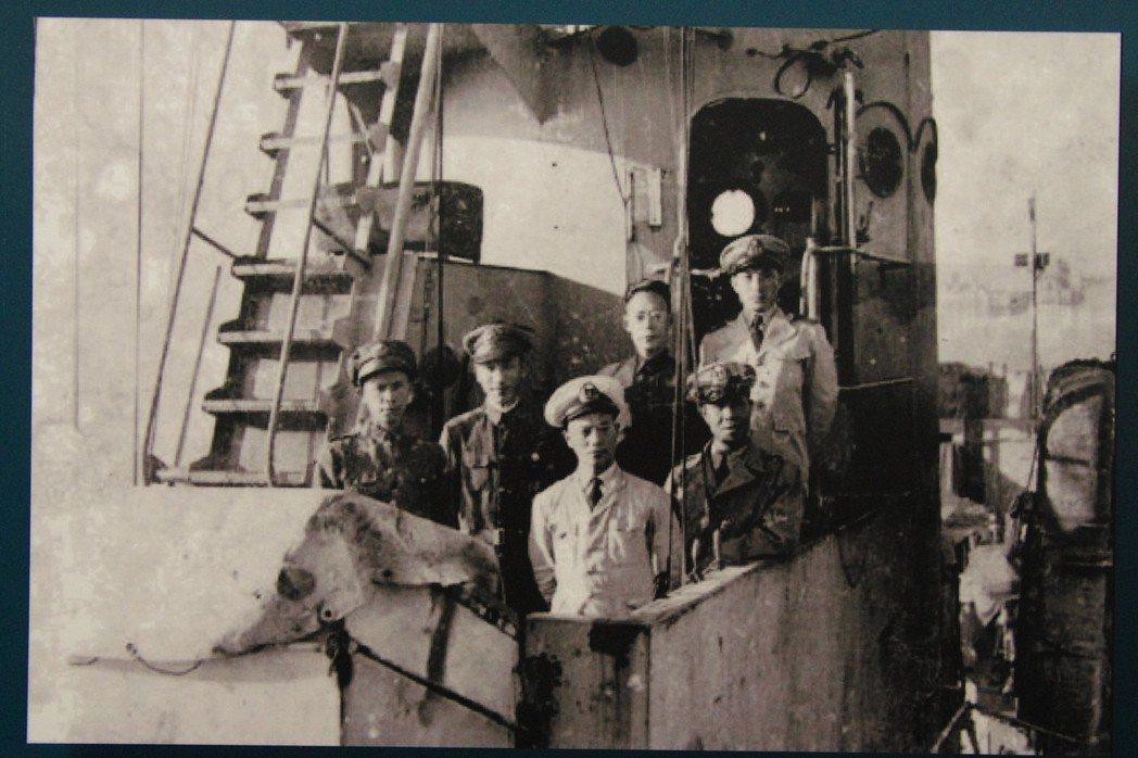 民國35年12月,內政部與國防部收復太平島,支隊人員出發前在南京留影,最前方為支...