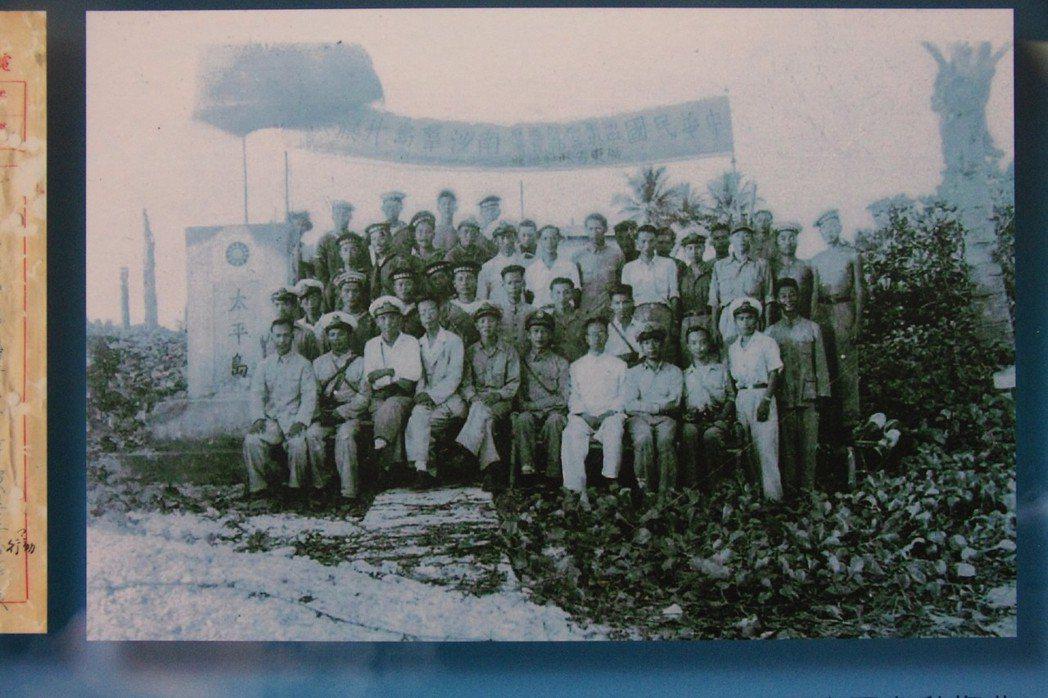 1946年12月,太平島升旗後眾人合影,左五為海軍支隊指揮官林遵。圖/聯合報系資...