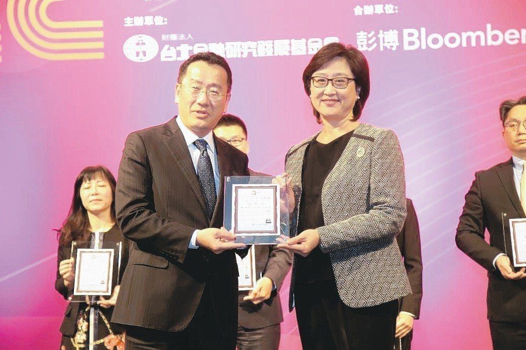 野村投信總經理王伯莉(右)代表出席領獎。 毛洪霖/攝影