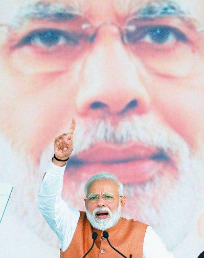 印度國會大選本周登場,總理莫迪的執政聯盟可能痛失下議院絕對多數席次地位。 路透