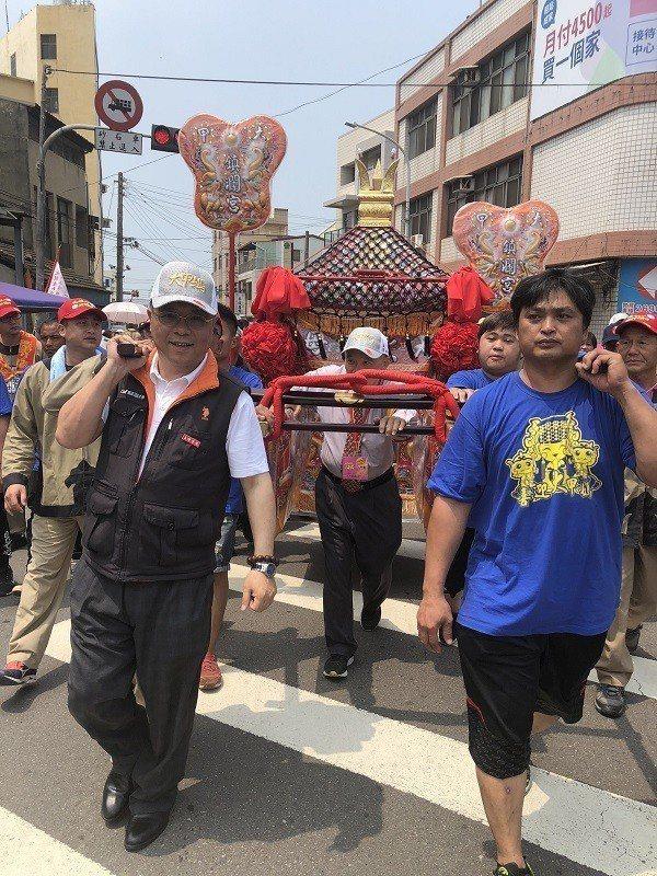 由嶺東科大副校長楊永列(前左) 參與大甲媽祖遶境祈福。 蔣佳璘/攝影