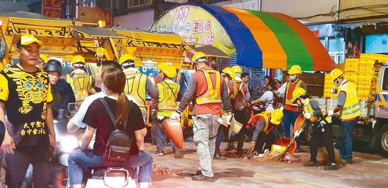大甲媽祖遶境隊伍最後方,有環保局的回收車,垃圾車,還有水車,迅速清乾淨路面。 記...