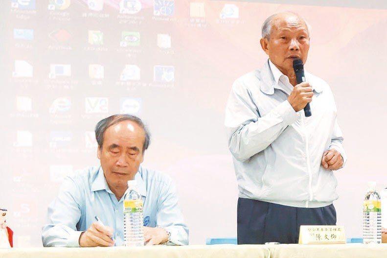台塑六輕麥寮管理部副總經理陳文仰(右)代表台塑向社會大眾道歉。 記者李京昇/攝影