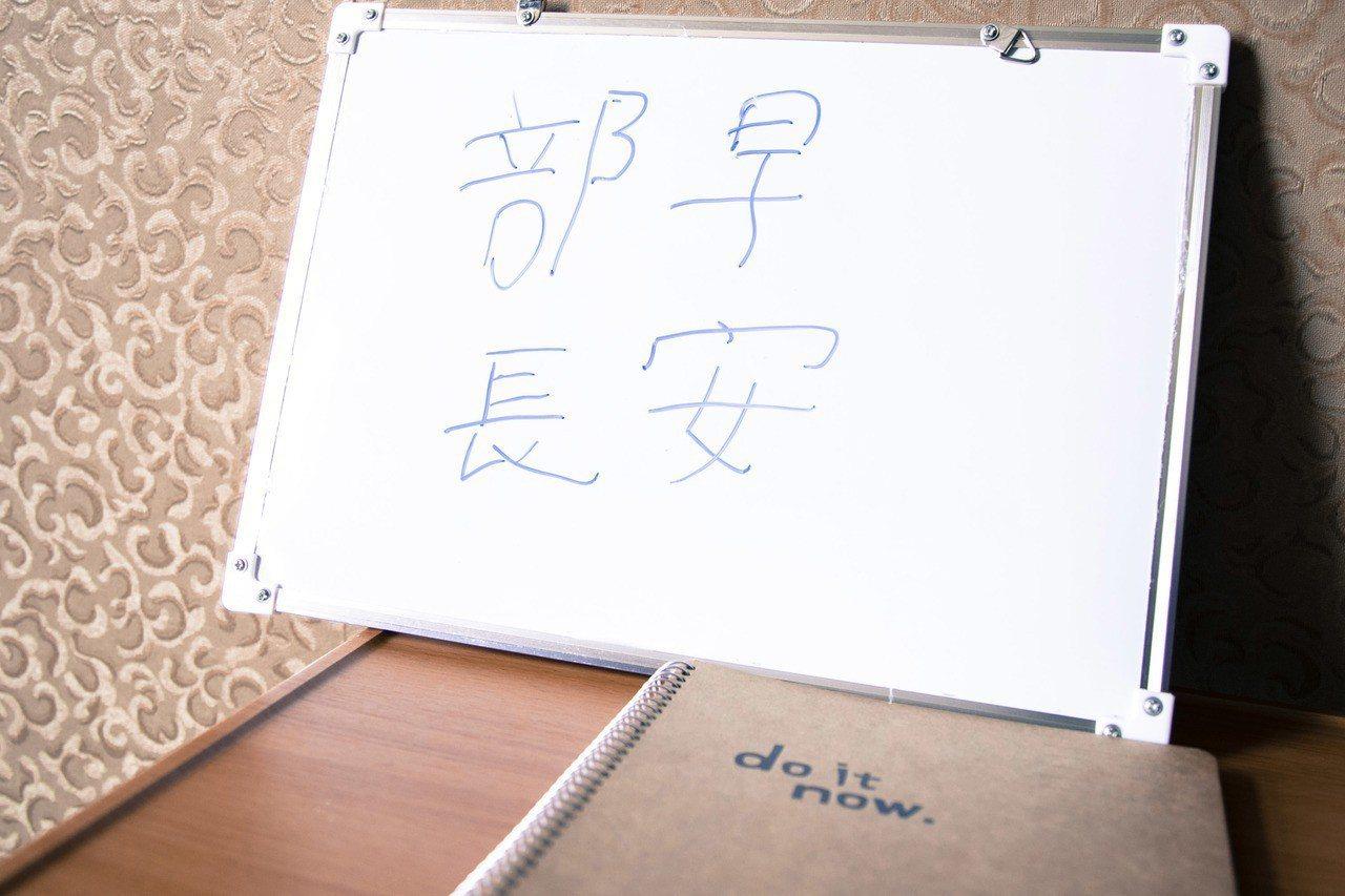 陸軍航特部秦良丰下士,今天特別親手在白板上寫下「傘兵節快樂」,展現以特戰傘兵為榮...