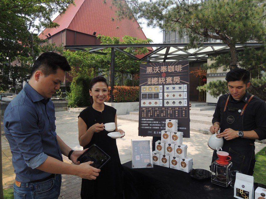 連續3年在大甲媽祖遶境活動為民眾奉獻手沖咖啡提神的林佩霓(左2),今年更打造咖啡...