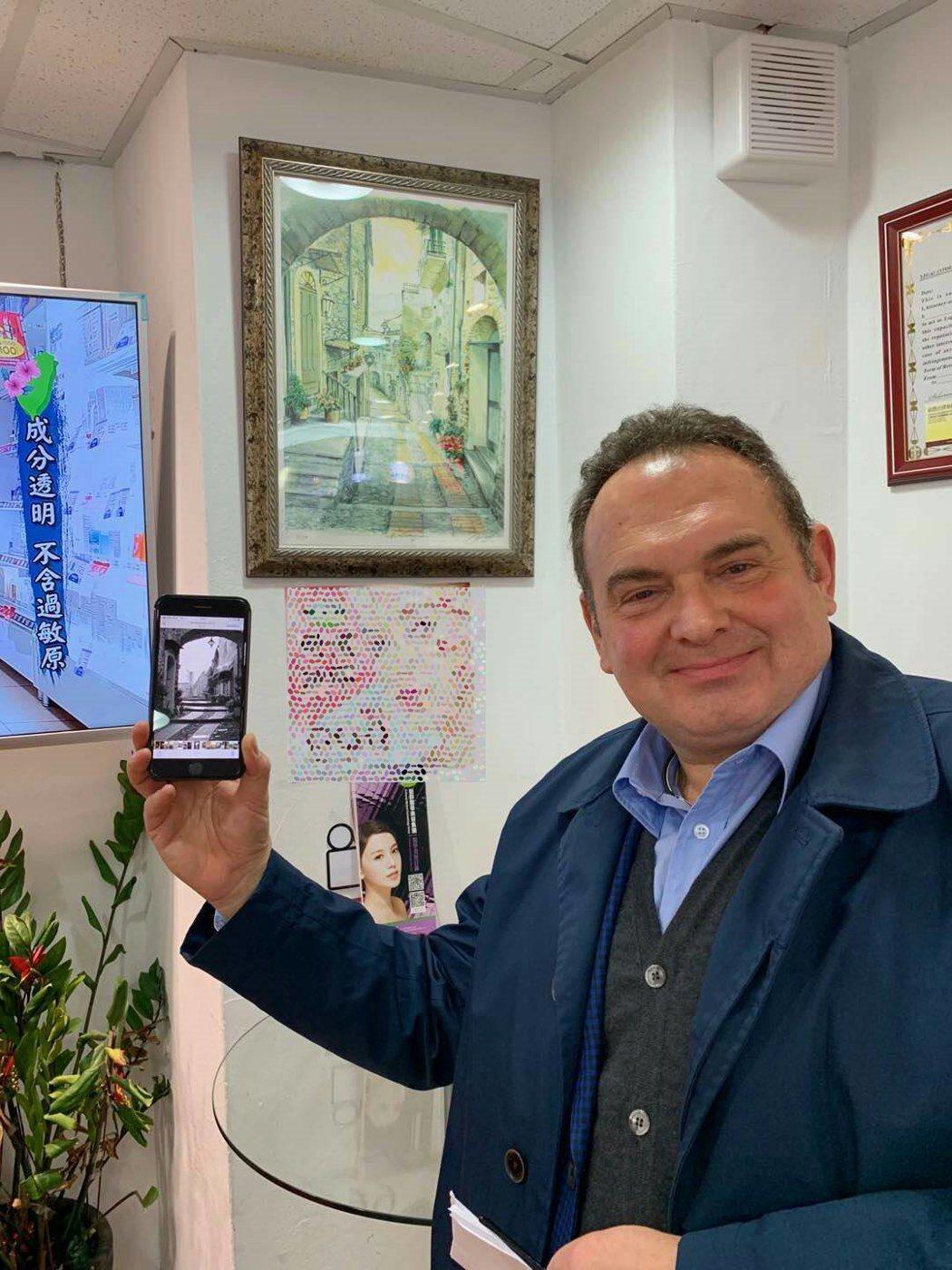 義大利人拿出手機,出示自己的義大利住家照片,證明自己沒有隨意編故事。 業者/提供