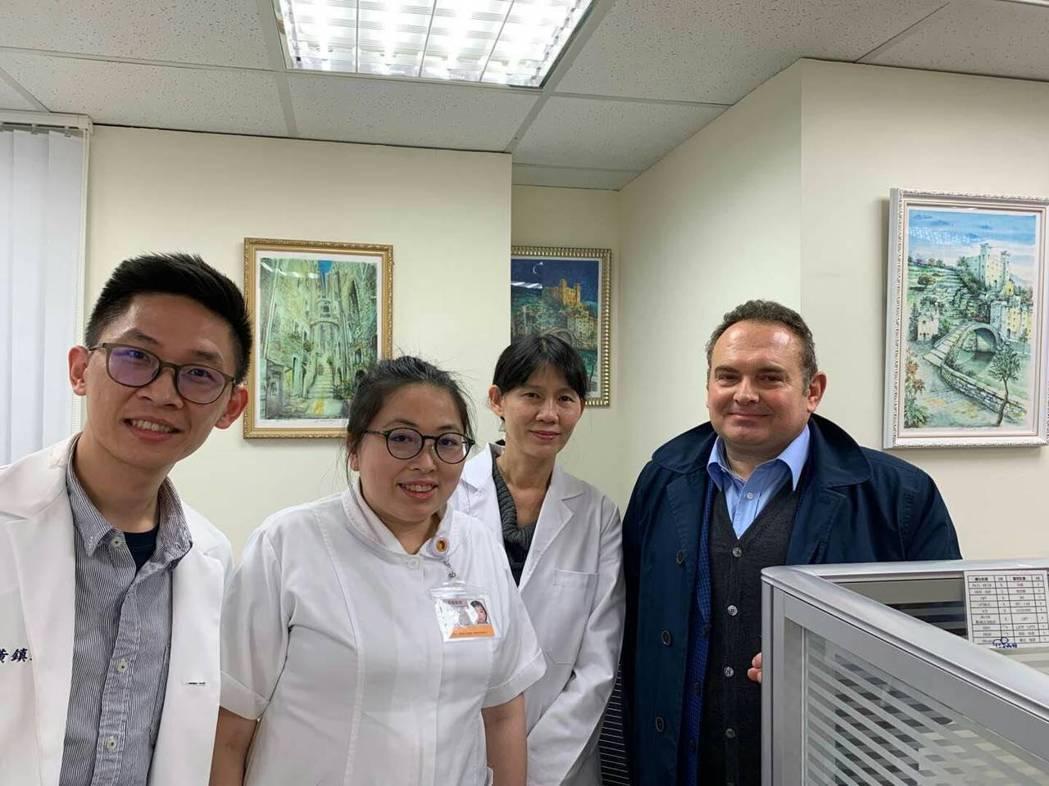 義大利籍的病患愉快的跟醫師護士們合影留念,緣分巧合的小故事,也幫台灣醫療觀光增添...