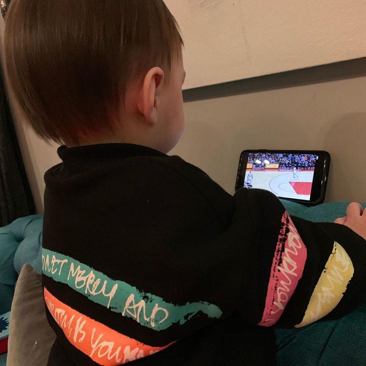 周杰倫兒子正看著NBA球再。 圖/擷自周杰倫IG