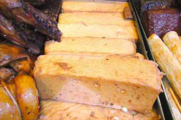 美味的百頁豆腐是滷味、火鍋的良伴,重視健康的話只要注意攝取量即可。聯合報系資料照...