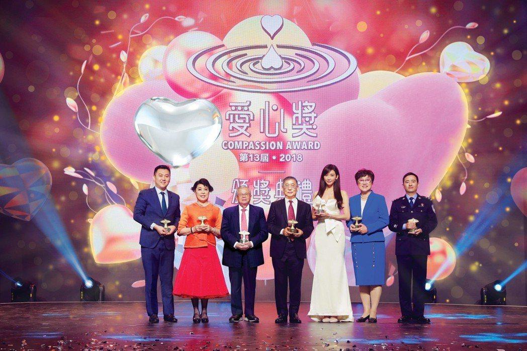 第13屆2018愛心獎得獎人合照(左起)牛根生(長子牛犇代領)、簡文秀、陳榮基、...