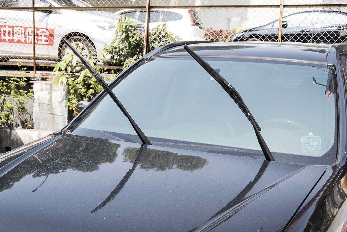 許多車主停車時都會將雨刷立起來,目的就是為了防止雨刷因受熱變形。 圖片來源/si...