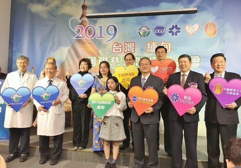 緬甸女童小勒(前排右四)在外貿協會及緬甸臺北經濟文化辦事處合作下,來台就醫,由中...
