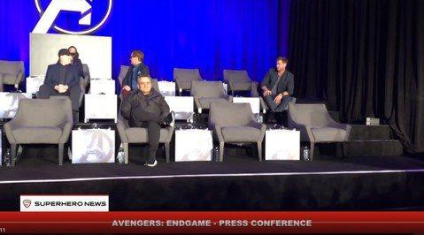 「復仇者聯盟4」8日在洛杉磯舉辦全球記者會,導演與眾英雄演員一起登場,可謂陣容強大,沒想到當演員席布幕揭開時,竟是一推空位,而「鋼鐵人」小勞勃道尼與「雷神索爾」克里斯漢斯沃更是往後看了幾次空著的座位...