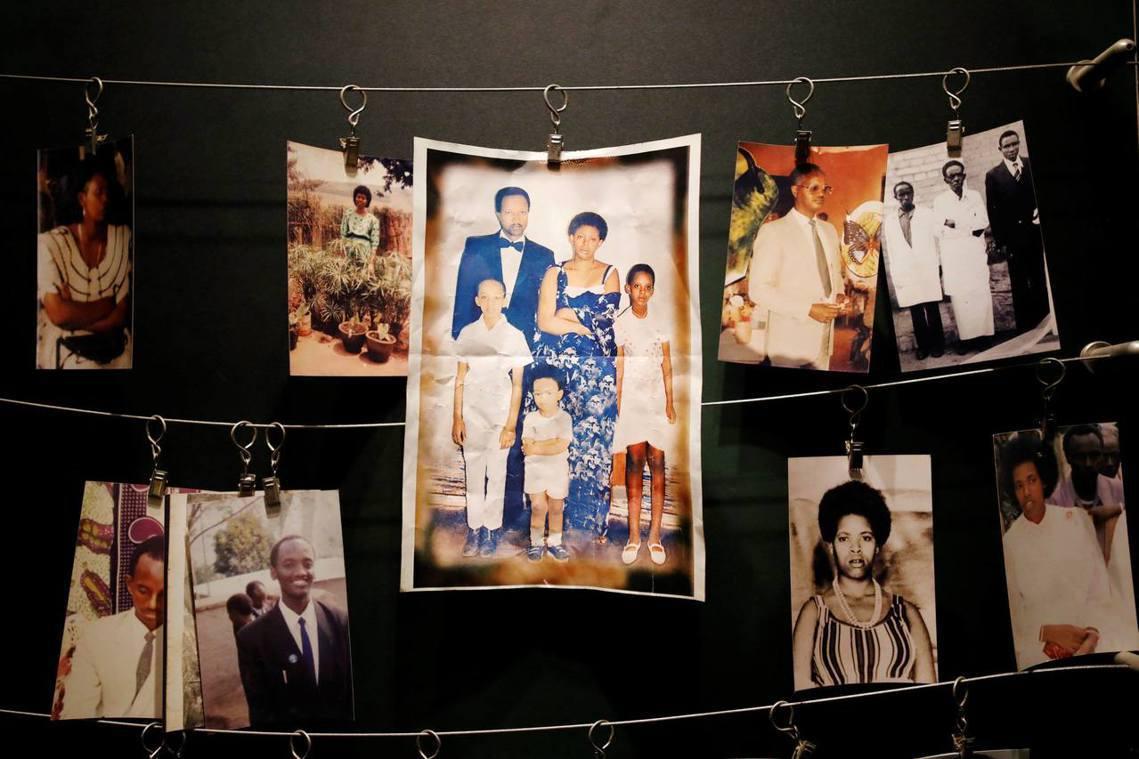 吉佳里的盧安達大屠殺紀念館,倖存者們把死難家人的照片捐出來,放在館內供後人憑弔。...