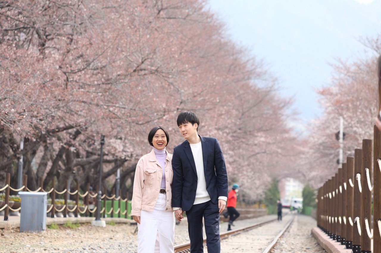 站在慶和站鐵道上拍下美照。記者吳致碩/攝影