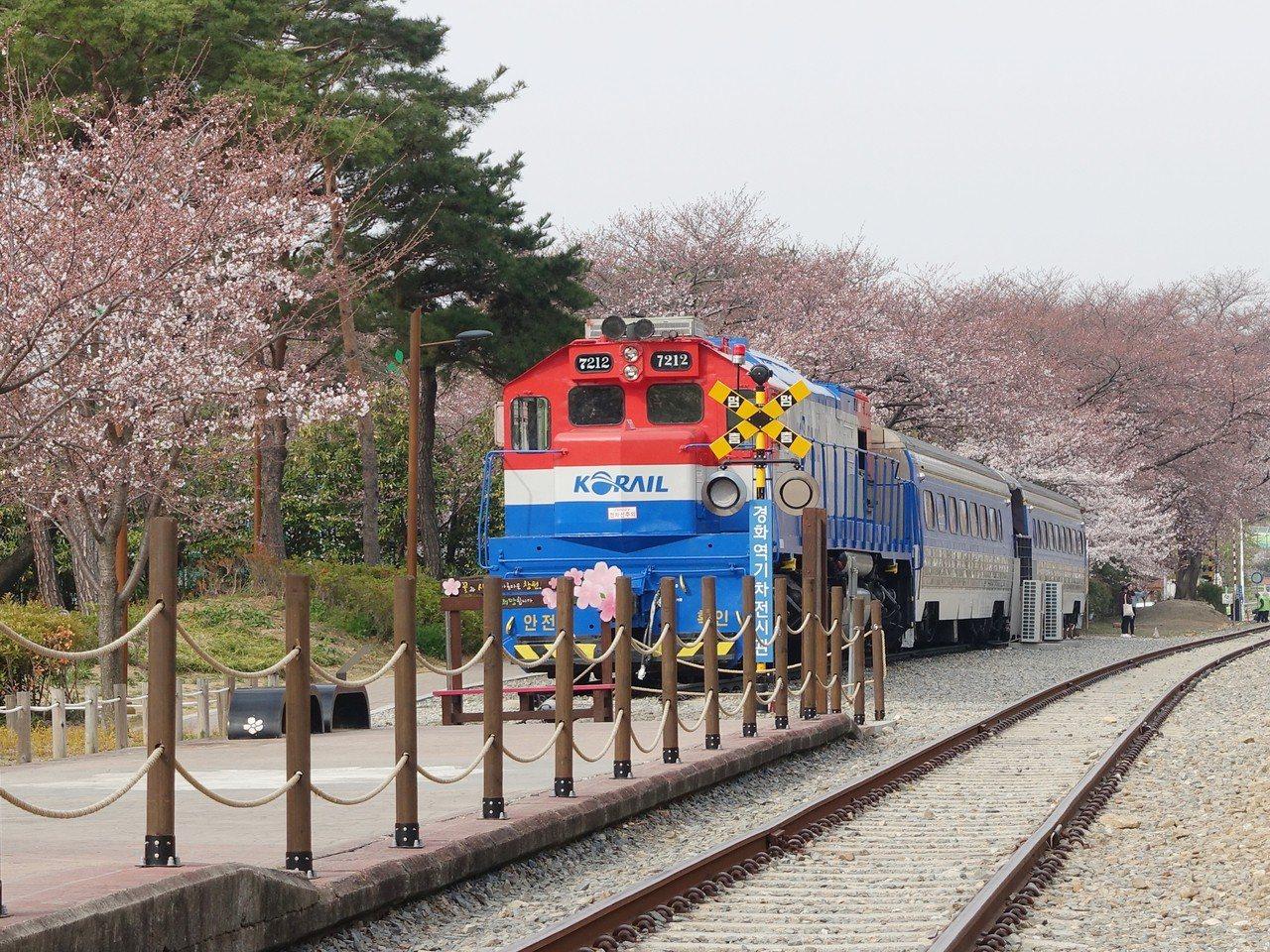 慶和站的火車頭造景。記者張芳瑜/攝影