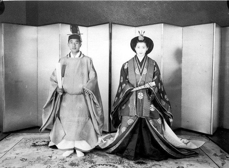 明仁(左)打破歷史慣例,與平民女子美智子(右)結婚。