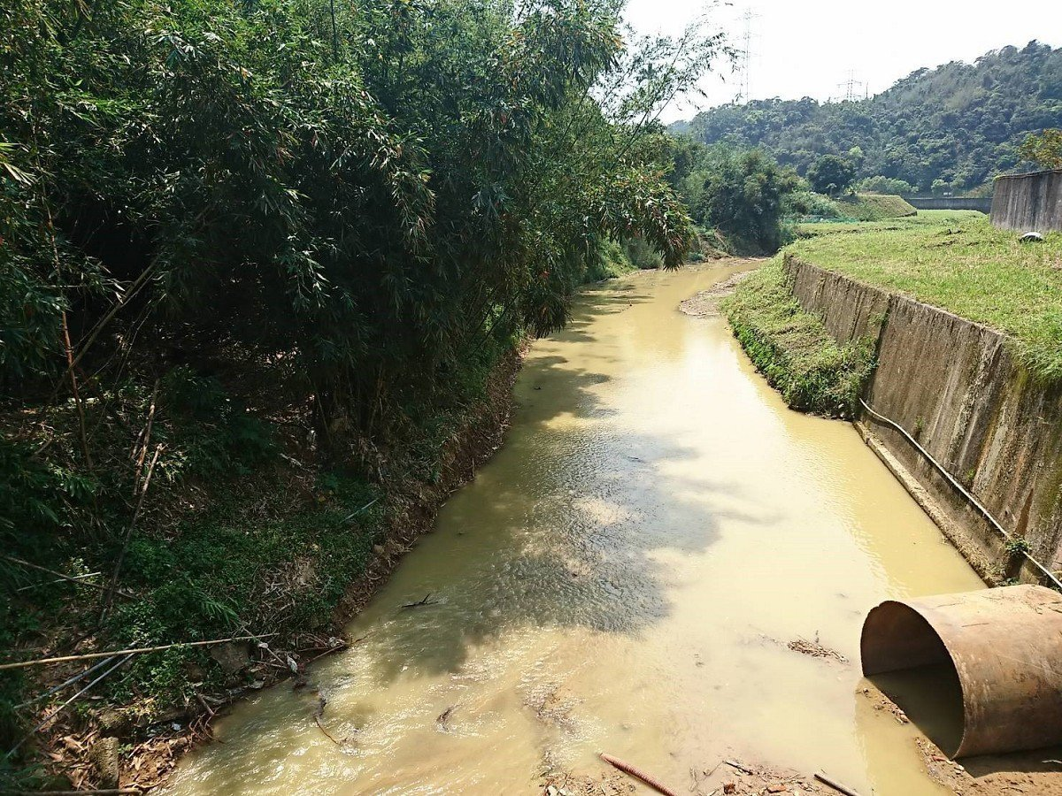 汐止北港溪水流湍急,沒做護岸的這一邊,土石不斷流失,市議員廖先翔服務處會勘,要求...