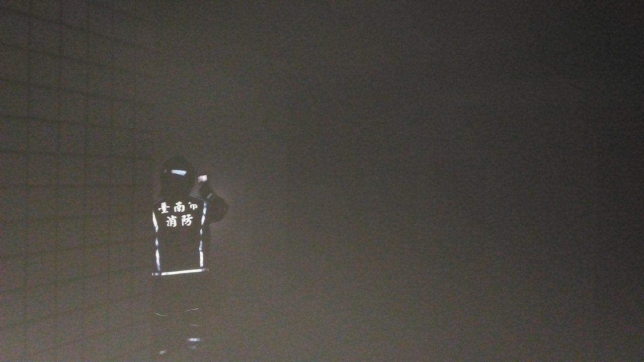 台南市安南区環福街民宅汽車倉庫火災,煙霧迷漫。記者黃宣翰/攝影