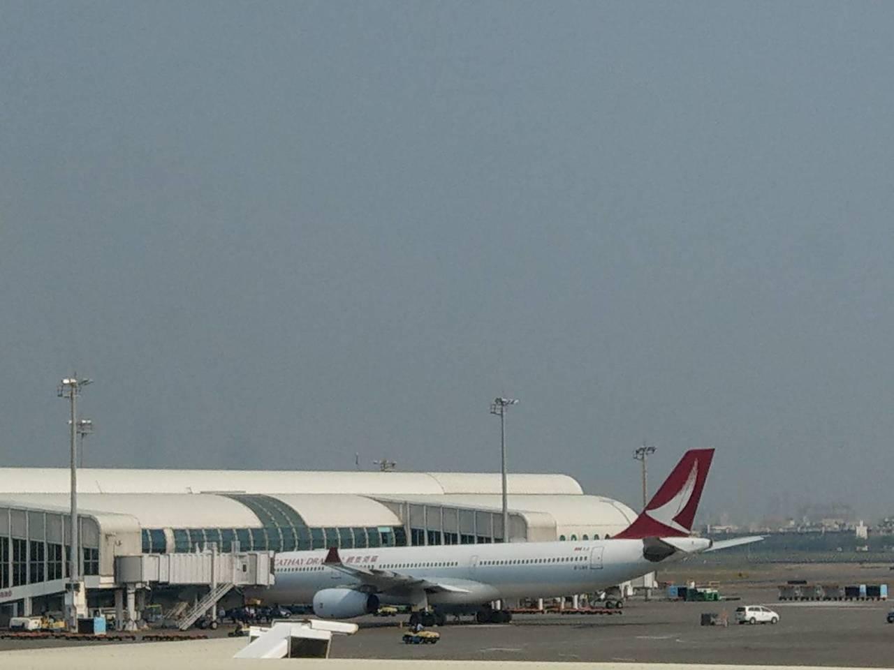 港龍飛機引擎冒煙。圖/高雄航空站提供