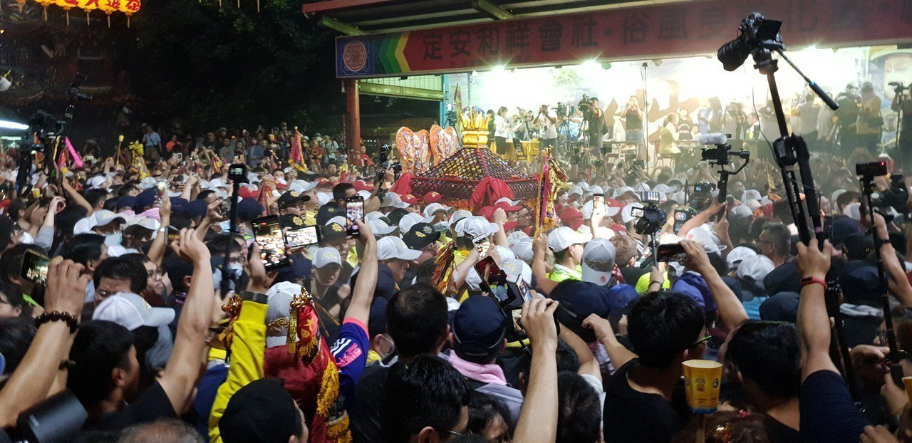 大甲媽祖鑾轎今天凌晨還在台中市,信徒熱情以吊車吊掛鞭炮迎接。記者游振昇/攝影