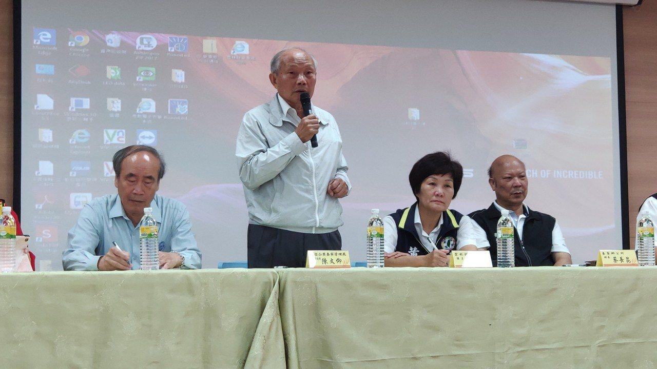 台塑六輕麥寮管理部副總經理陳文仰(左二)今天代表台塑向社會大眾道歉。 記者李京昇...