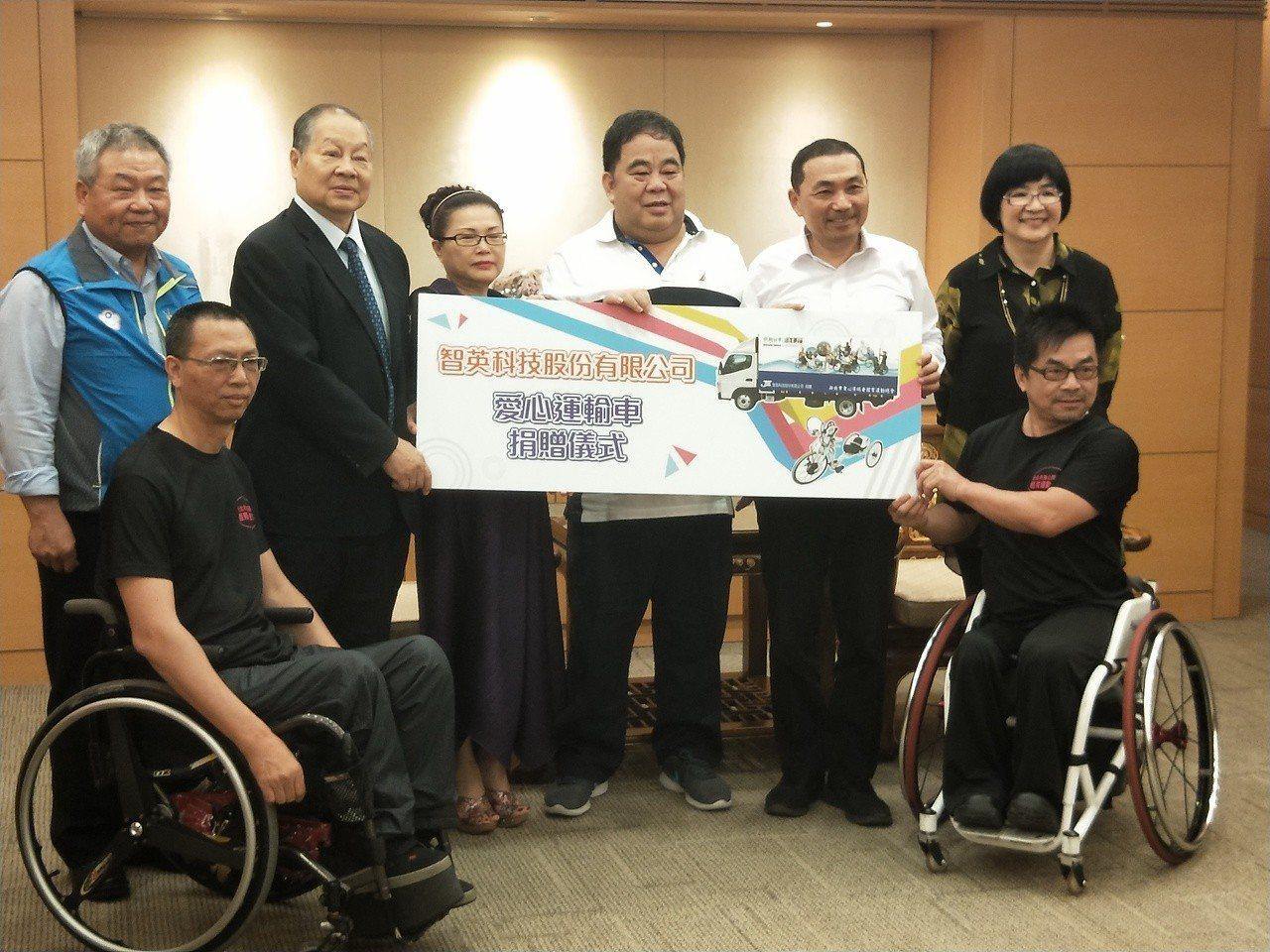智英科技董事長林宴臨(後右三)捐贈一輛運輸車,市長侯友宜(後右二)代表接受。記者...