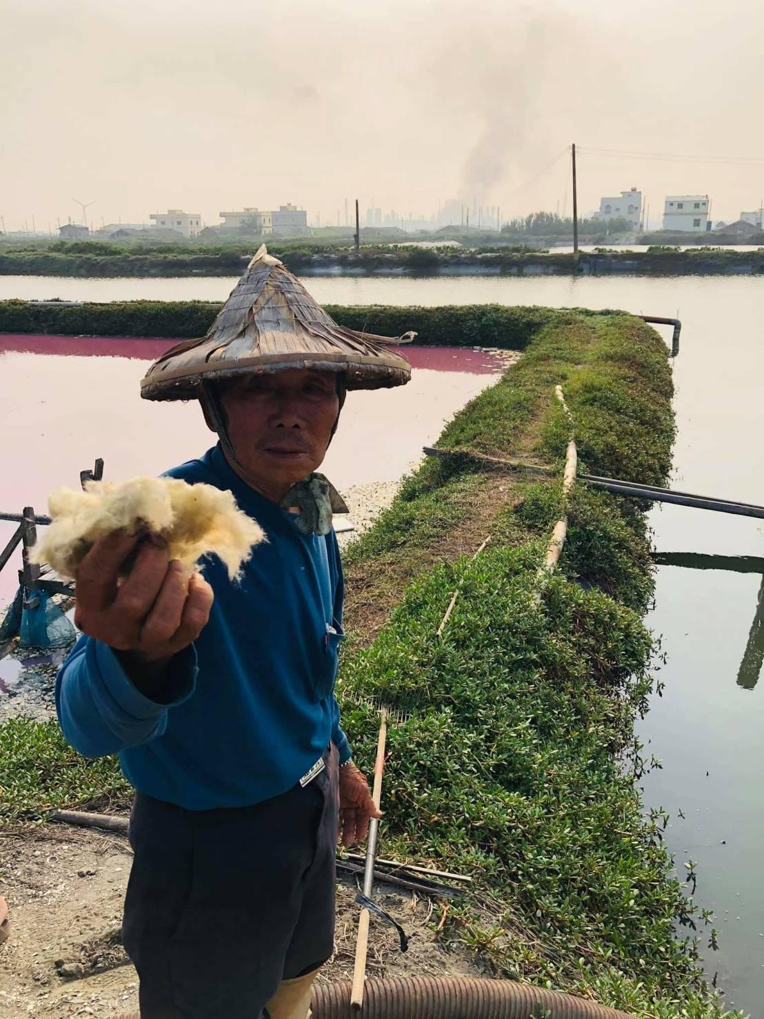 六輕氣爆距一、兩公里的魚塭散落大批管線組件殘骸和泡棉,養殖業者對爆炸威力之大也感...