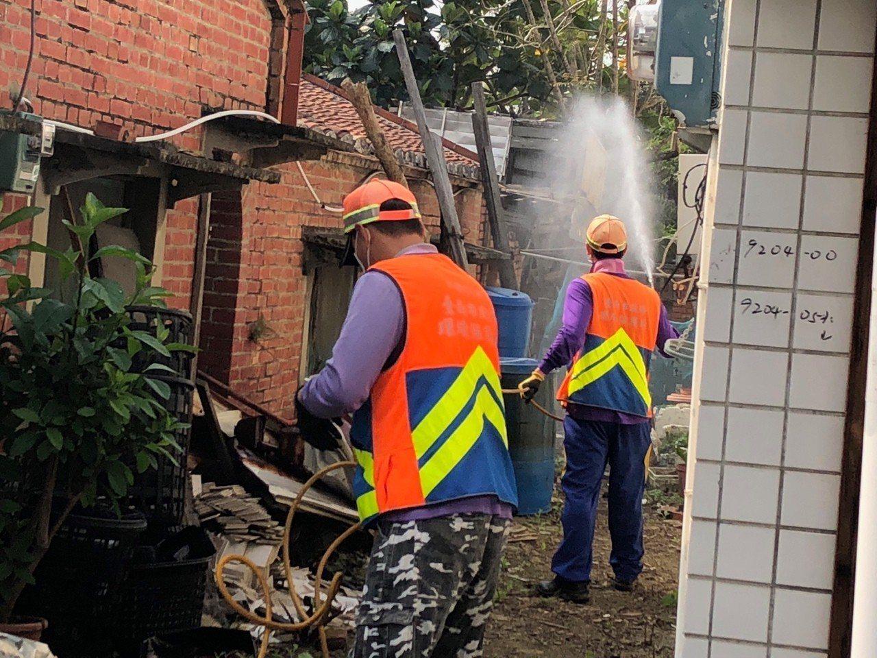 台南市出現今年第14例境外移入登革熱病例,加強消毒中。圖/衛生局提供