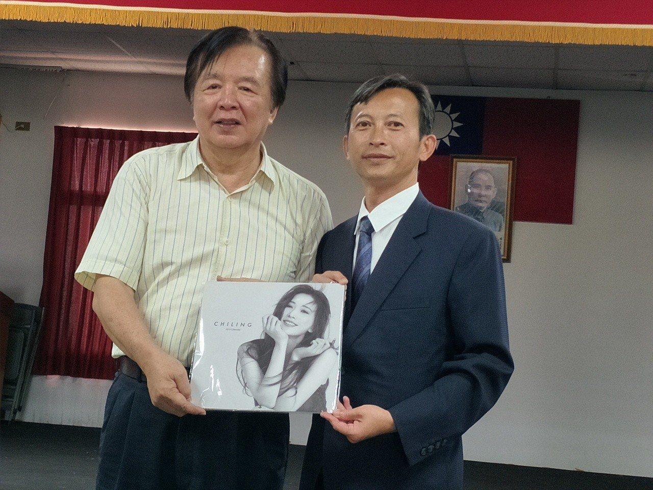 名模林志玲父親林繁男(左)贈送林志玲寫真集,由後壁區長翁振祥(右)代表接受。記者...