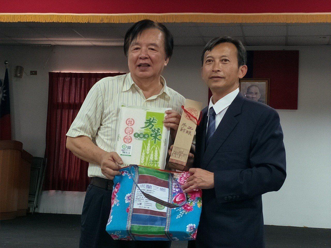 後壁區長翁振祥(右)回贈後壁特產禮盒給林繁男。記者謝進盛/攝影