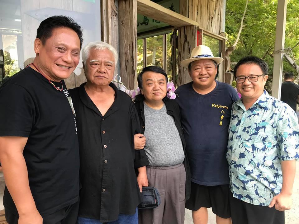 胡德夫(左二)與賴坤成(右)等人中午就在廖光亮(右二)的九鳥陶燒工作坊餐敘。圖/