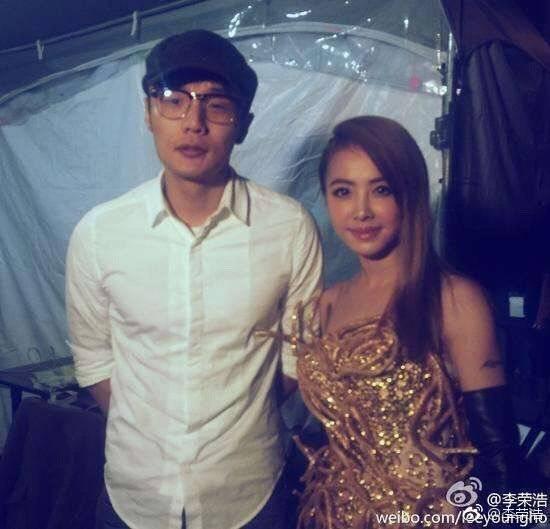 李榮浩(左)自嘲被蔡依林的衣服觸角戳到。圖/摘自微博