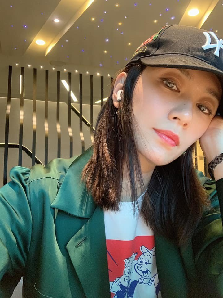 賈靜雯PO出美美工作照。圖/摘自臉書