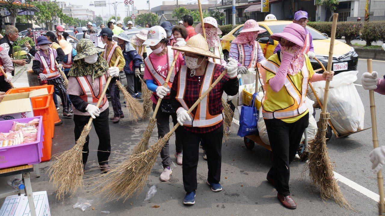 台中市龍井區龍泉社區的環保志工們跟在鑾轎後一路打掃,讓鑾轎途經之處,仍維持著整潔...