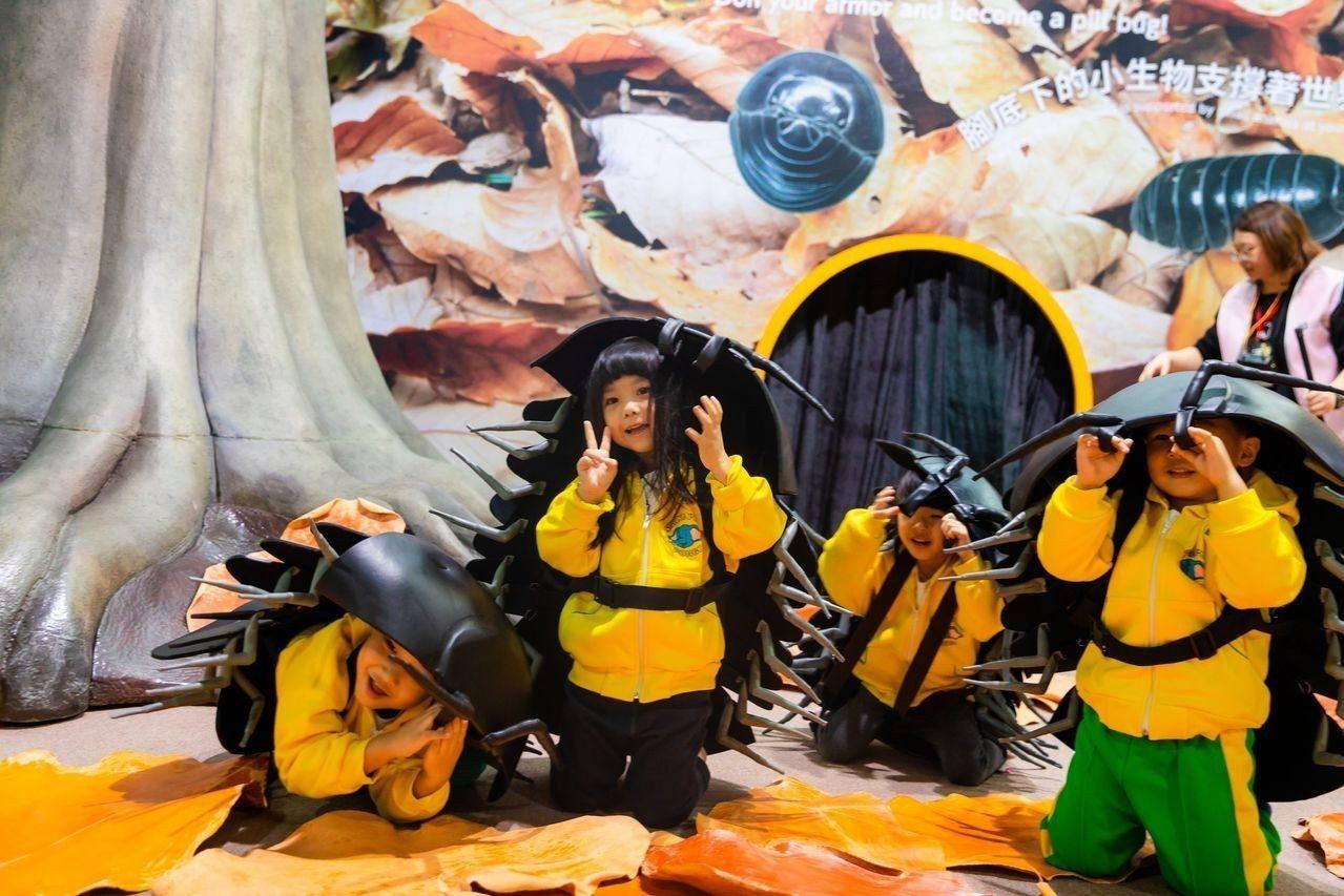 「變變變!MOVE生物體驗展」共打造出6大場景,讓觀眾「變身」成雙冠蜥、企鵝、團...