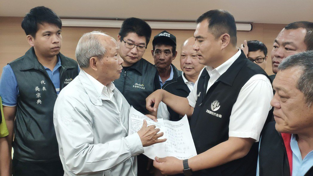 台塑六輕麥寮管理部副總經理陳文仰(左二)。 記者李京昇/攝影