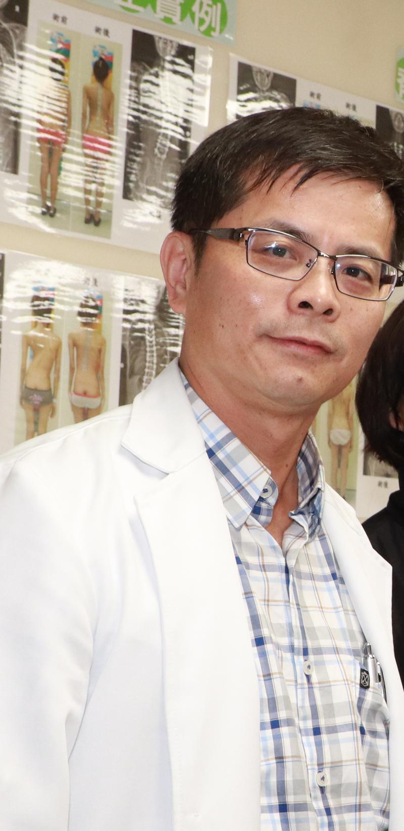 台中市大里仁愛醫院骨科主任吳啟明說,「脊椎壓迫性骨折」在65歲族群中,每四人就會有一人。圖/大里仁愛醫院提供
