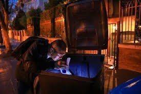 美國退伍軍人歐塔在富豪住家附近的垃級箱裡「尋寶」。翻攝自紐約時報