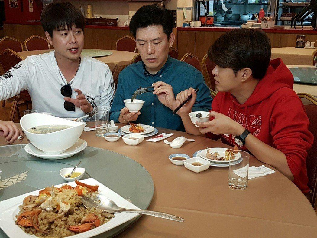 王凱傑無言看著顏永烈的宮保鱔魚。圖/三立提供