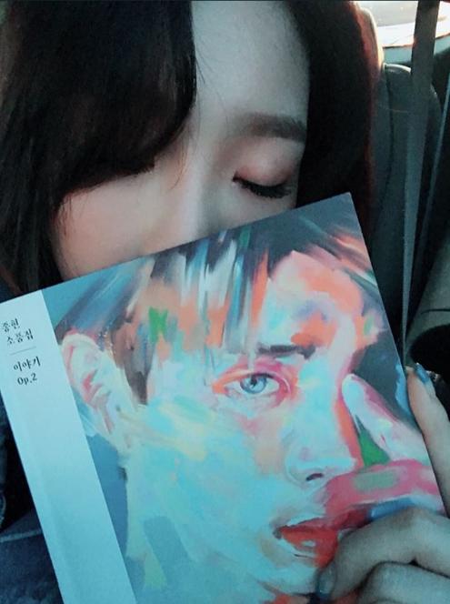 太妍拿著鐘鉉專輯。圖/摘自IG