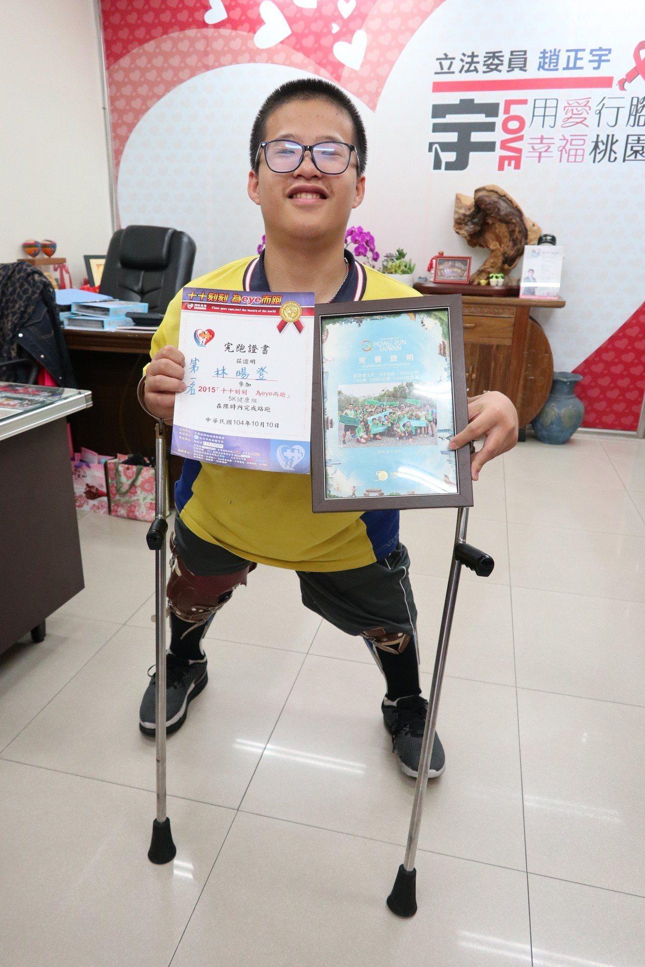 就讀桃園八德大成國中9年級學生林暘登,一出生患脊裂症,造成下半身癱瘓,雖行動不便...