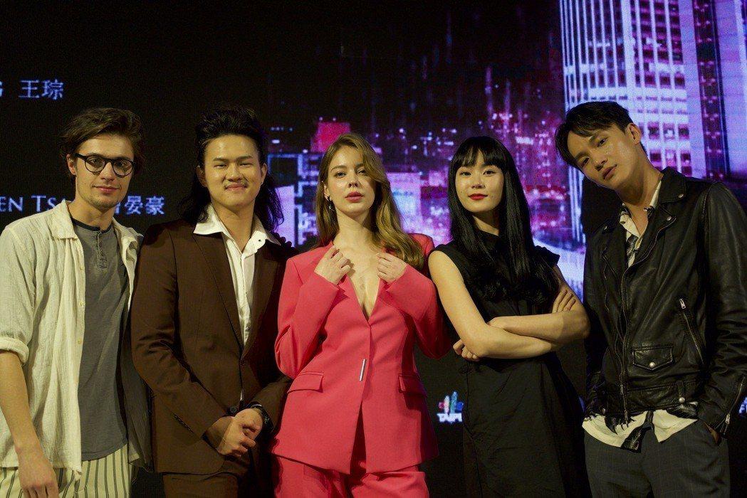 左起薛斯布隆、阮承恩、安妮、鍾瑶、曹晏豪合演「狂歡時刻」。圖/光譜映像提供