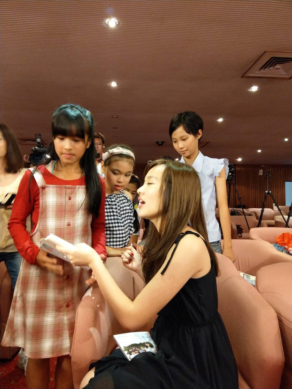 韓冰喜歡和小朋友互動。記者謝梅芬/攝影