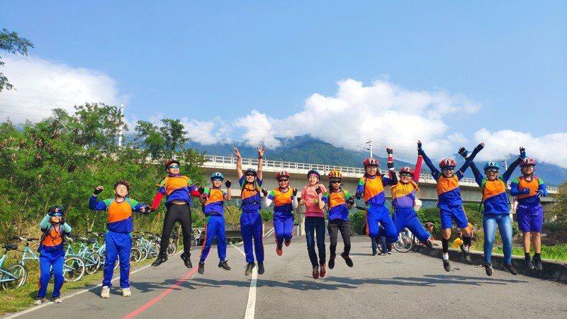 屏東縣立凌雲國小15位畢業生在17位老師及家長陪伴下,完成204公里的單車挑戰,成就屬於自己的畢業旅行。圖/凌雲國小提供