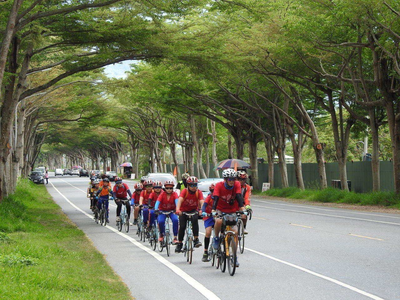 屏東縣立凌雲國小15位畢業生在17位老師及家長陪伴下,完成204公里的單車挑戰,...