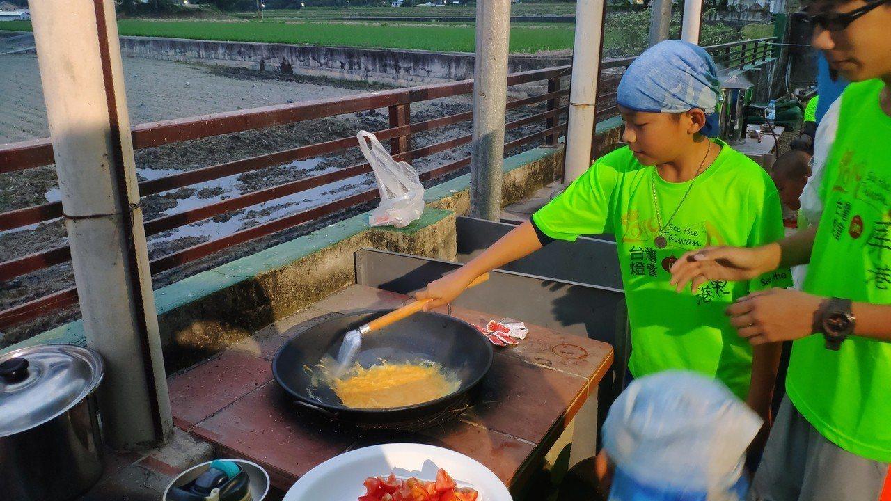 旅行期間,學生還體驗搭營煮飯。圖/凌雲國小提供